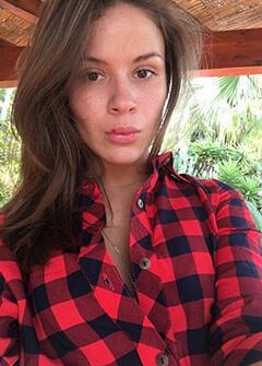 Julia Hello Lustery selfie
